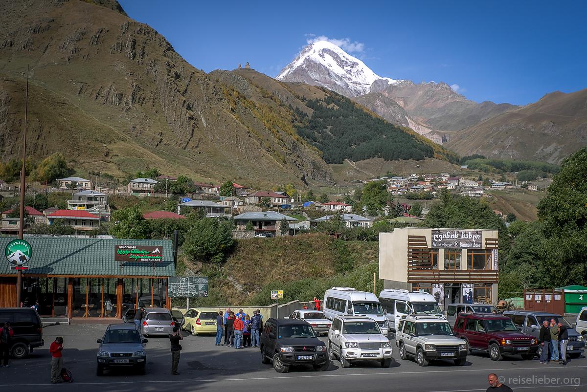 Stepanzminda mit Mount Kazbek und Gelati Kriche