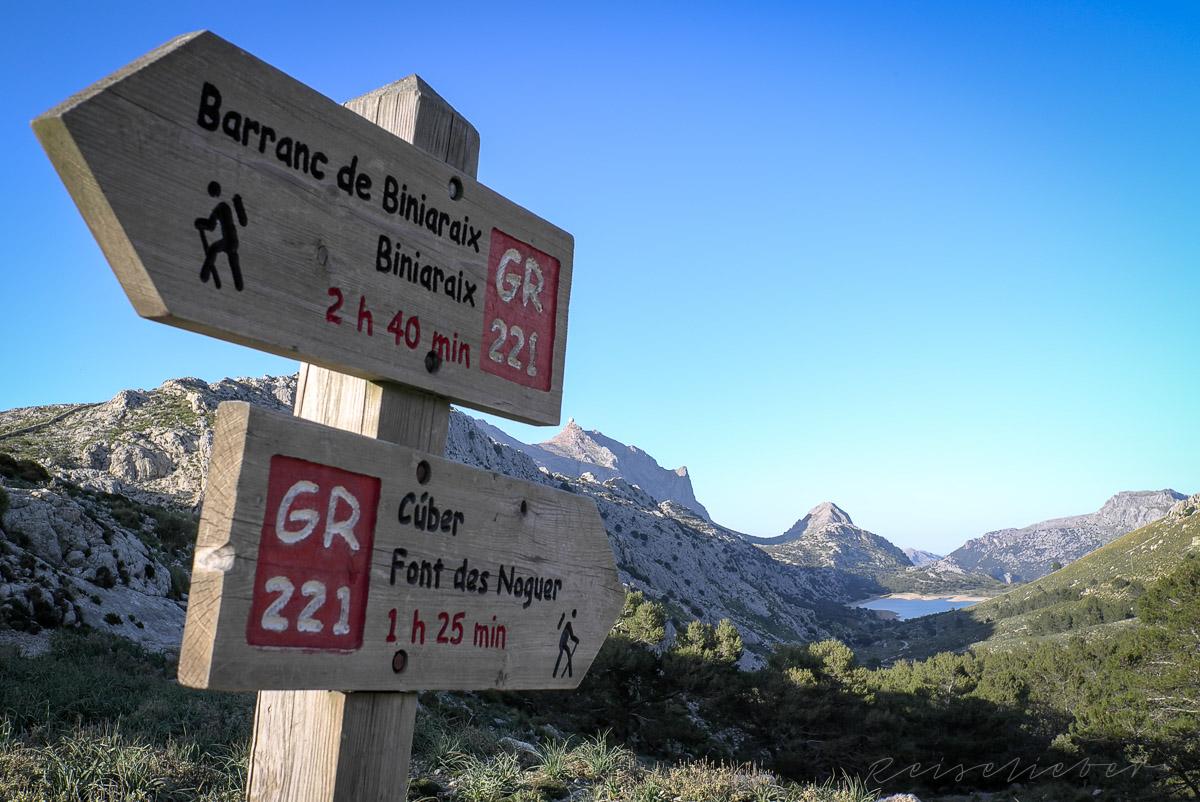 Wandern auf dem GR221, dem Trockenmauerweg