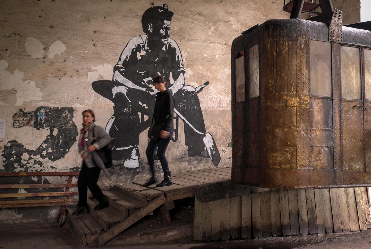 Talstation der Stalinbahn mit Wandgemälde