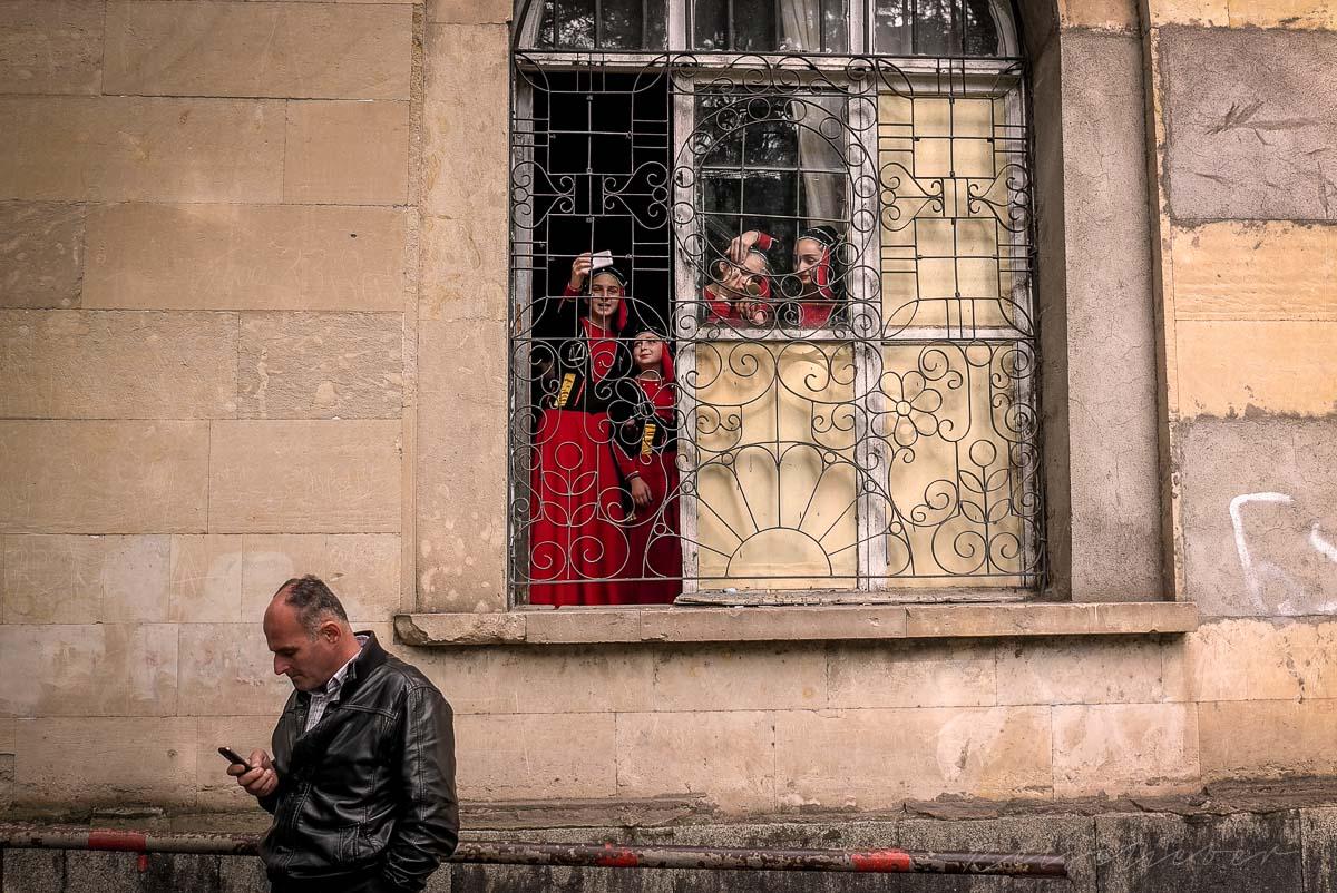 Junge Georgierinnen vor Folklore Auftritt