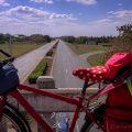 Fahrrad an Autobahn auf Kuba