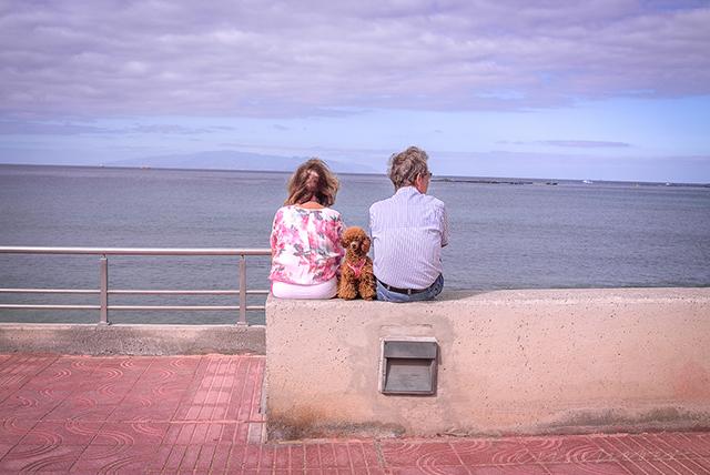 Ehepaar mit Hund am Strand von Teneriffa