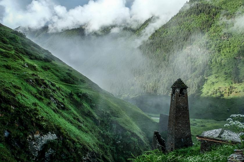Wehrturm in Tuschetien zwischen Wolken