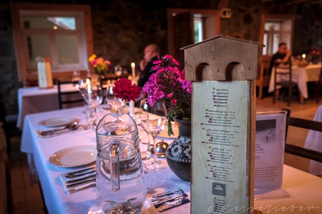 Mit Wehrtürmen aus Holz dekorierter Essenstisch im Hotel