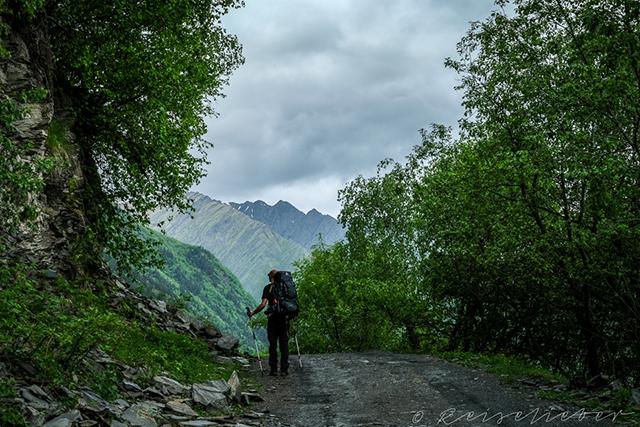 Wanderer auf Schotterstraße in Tuschetien