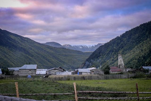 Swanetisches Dorf Mestia in Morgengrauen