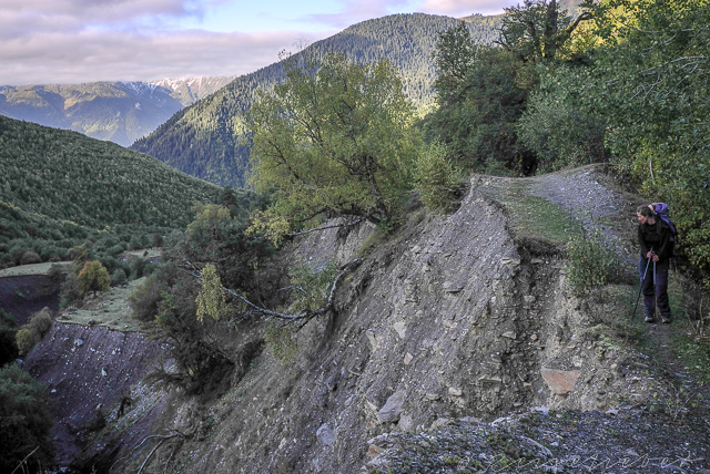 Erodierter Wanderweg bei Mazeri, Swanetien