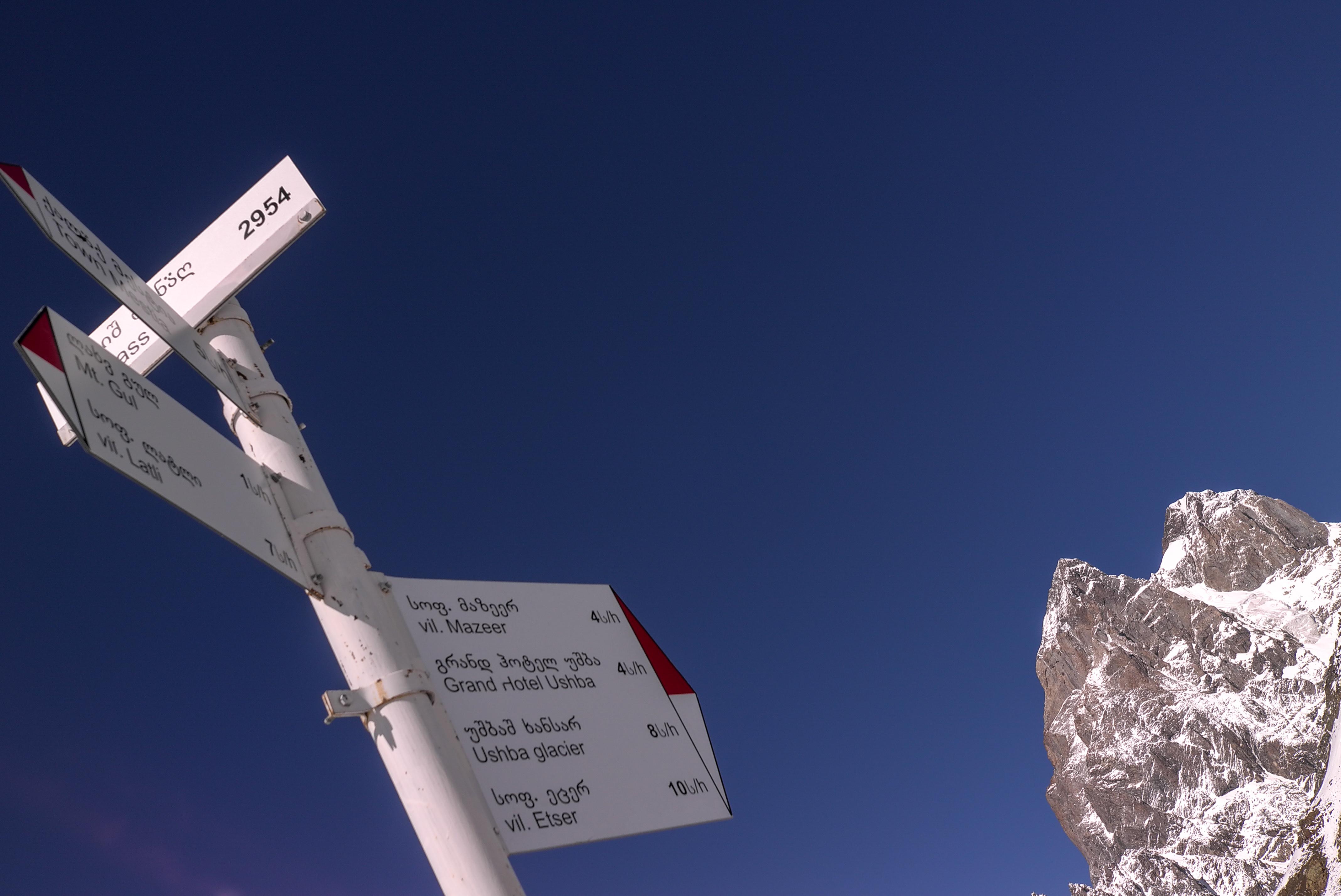 Wegweiser vor dem Gipfel des Ushba auf dem Guli-Pass