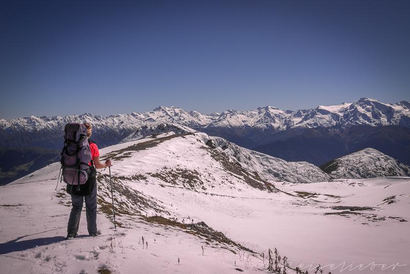 Wanderer in verschneiten Bergen von Swanetien