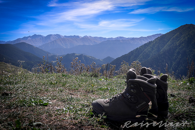 Wanderschuhe vor Bergpanorama