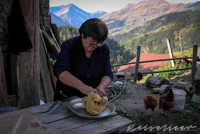 Frau beim Zubereiten eines Hühnchens