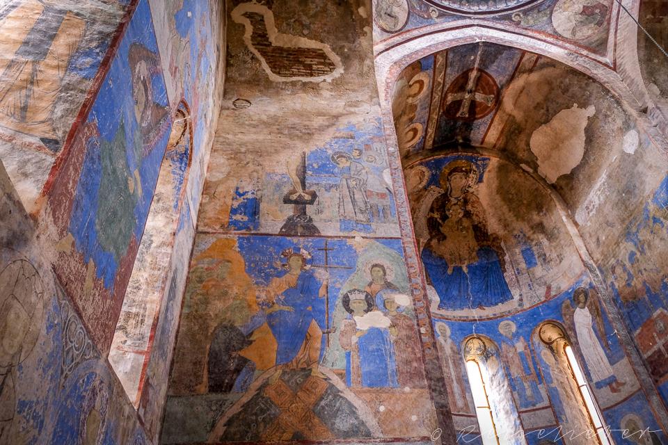 Himmelblaue Fresken aus dem Mittelalter im Kloster von Kintsvisi