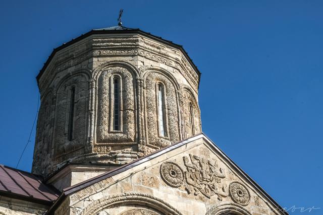 Aufwendig verzierte Fassade des Nikortsminda-Klosters