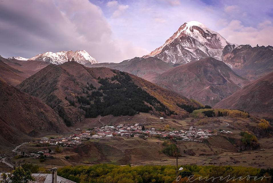 Gergeti-Kirche vor dem Gipfel des Kazbek