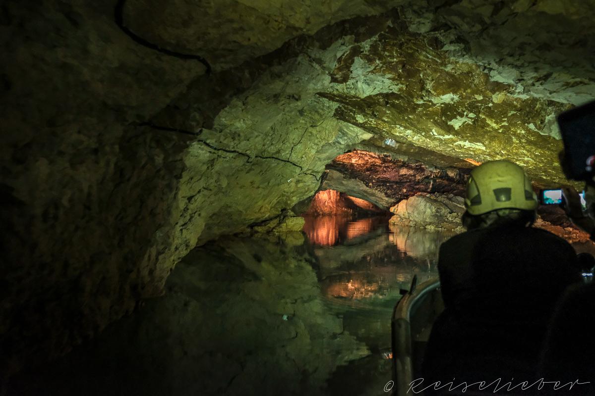 Bunt beleuchtete Tropfsteinhöhle, Ausflug Umgebung von Kutaissi