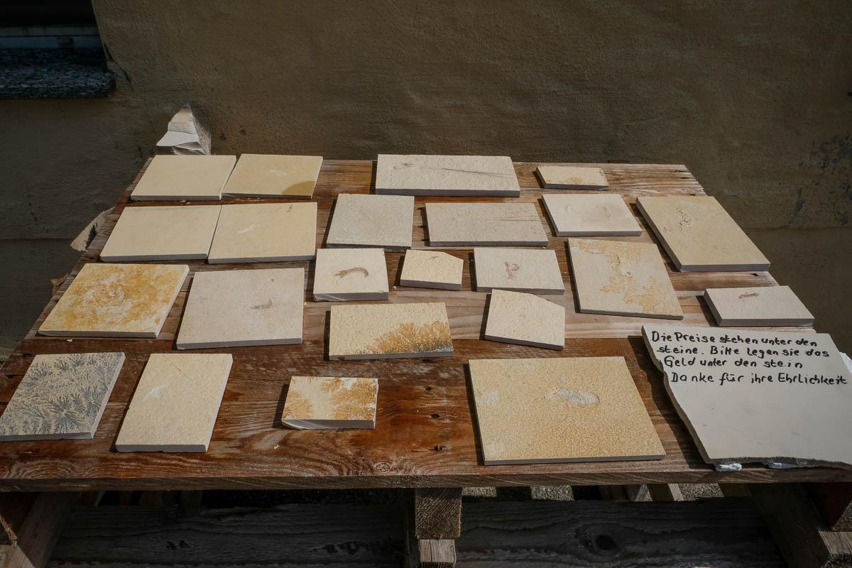 Zu verkaufen: Plattenkalkt mit Fossilien im Solnhofer Steinbruch