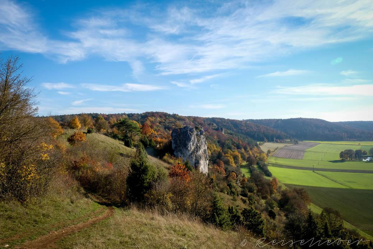 Blick ins Urdonautal bei Dollnstein beim Wandern im Herbst