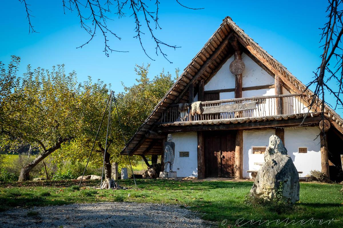 Nachgebildetes Keltenhaus im Alcomona-Erlebnisdorf im Altmühltal