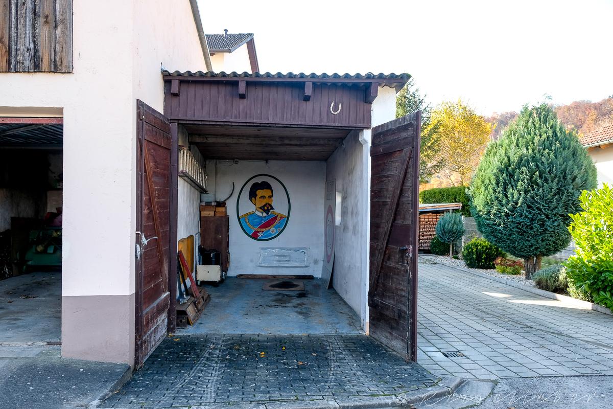 Garage mit Bild von König Ludwig im Urdonautal