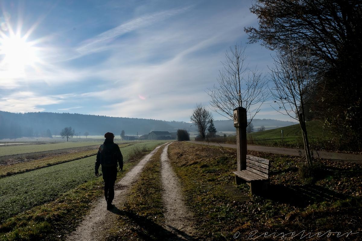 Wanderer im Urdonautal vor Konstein