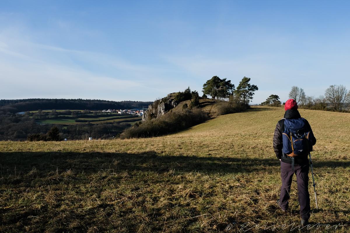 Wanderer auf Trockenwiese bei Dollnstein